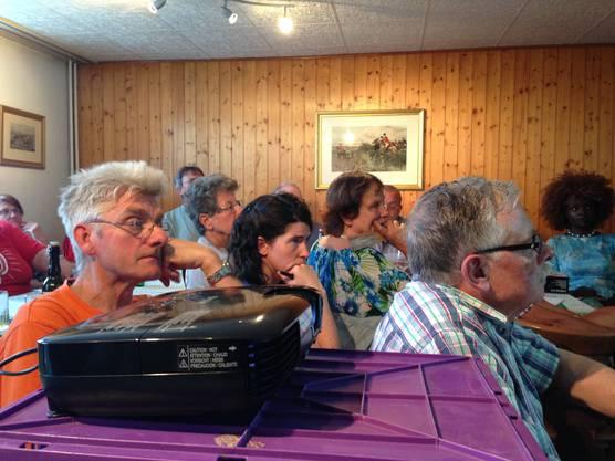 SP-Kantonsrätin Rosmarie Joss (Mitte) lauscht mit Parteifreunden den Ausführungen.