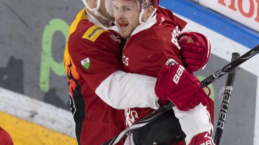 Christophe Bertschy (rechts) erzielte für Lausanne das 1:0 und das 2:0 und bereitete das 3:0 von Joël Vermin (gelber Helm) vor