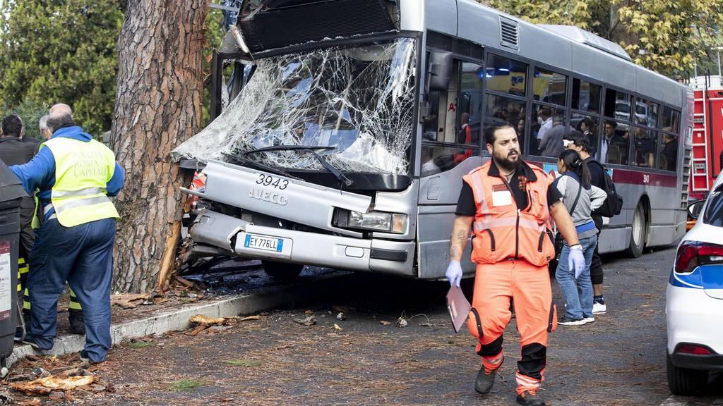 Schwerer Busunfall: 29 teilweise schwer verletzte Personen