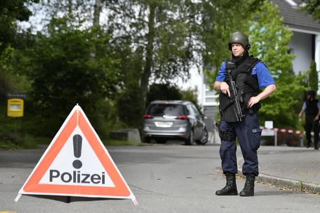 Seit über 20 Stunden im Einsatz in Uster: Dementer Mann mit Waffe hält Polizei auf Trab.