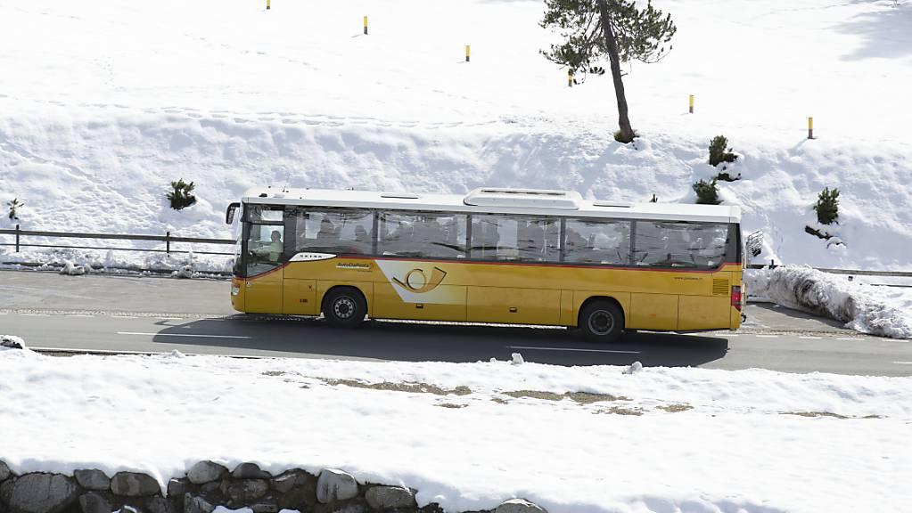Ein Postauto auf dem Weg zum Fuorn Pass in der Nähe von Zernez. Wegen der Coronapandemie waren viel weniger Personen mit Posautos unterwegs. (Archivbild)