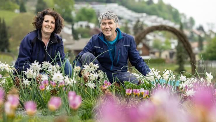 Daniel Labhart und Claudia Schorro freuen sich über die Blütenpracht in den Testgärten.