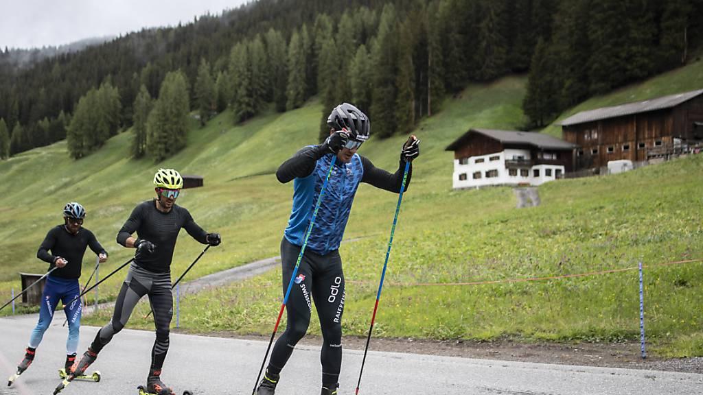 Langlauf-Olympiasieger Dario Cologna (rechts) mit zwei Teamkollegen beim Sommertraining in Davos