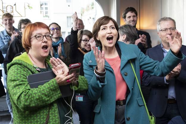 Grünen-Präsidentin Regula Rytz jubelt mit der Berner Grossrätin Natalie Imboden über den Wahlsieg 2019.
