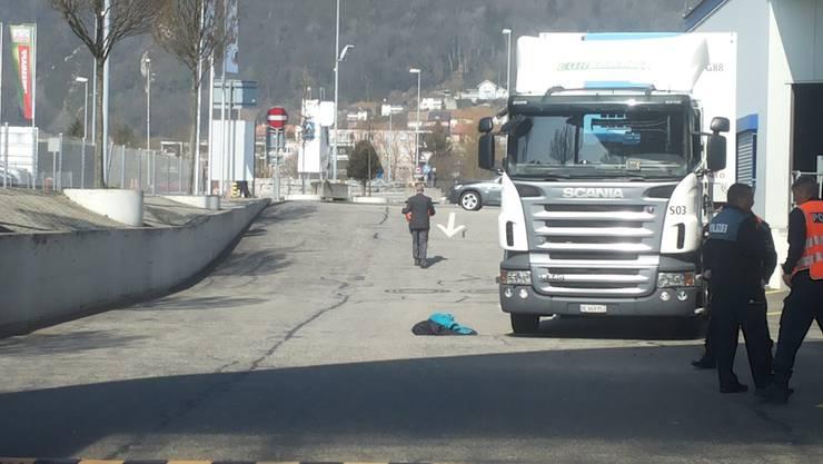 Am Freitagvormittag wird eine 94-jährige Frau von einem Lastwagen erfasst.