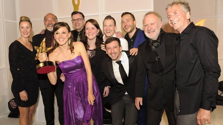 Das «Io senza te»-Team mit Rolf Sommer (vorne mitte) feiert den Gewinn des Prix Walo für die beste Bühnenproduktion.