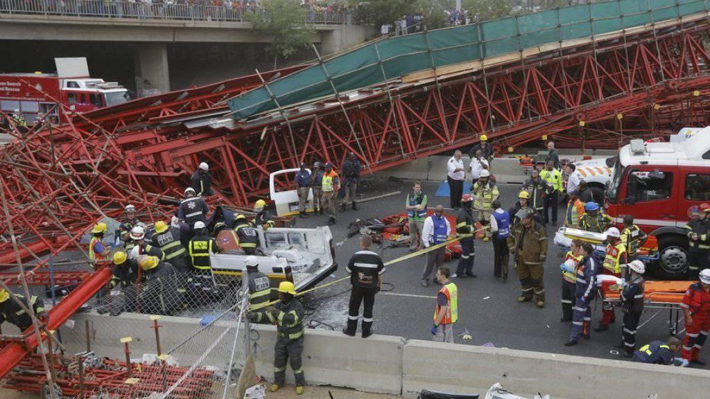 Die roten Stahlträger der Behelfsbrücke knickten aus zunächst unklarem Grund ein.