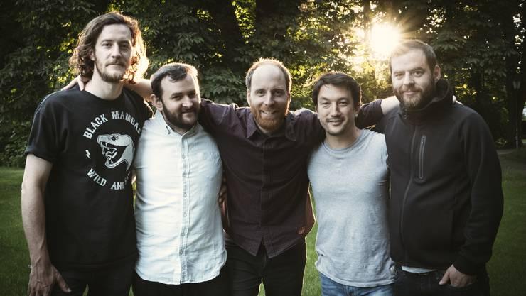 Die Acapulco Stage Divers, von links nach rechts: Mario Kummer (Schlagzeug), Stefano Pedrazzi (Gitarre), Thomas Hoffmann (Gesang und Gitarre), Ken Ebizuka (Gitarre) und Oliver Müller (Bass).