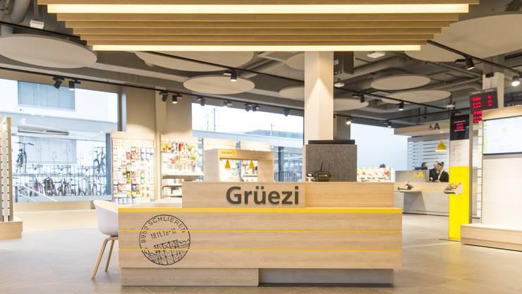 «Grüezi»: An dieser Begrüssungs-Theke in der neuen Schlieremer Filiale nimmt die Post ihre Kunden in Empfang.
