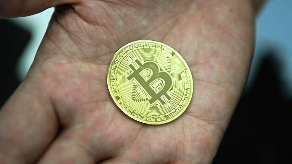 Trotz enormer Kursschwankungen halten fast 40 Prozent der Schweizer Kryptowährungen wie den Bitcoin als Anlage geeignet. (Archivbild)