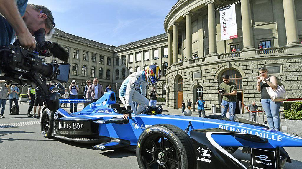 Heute Sonntag gastiert die Formel E in Zürich - im Bild der Schweizer Lokalmatador Sébastien Buemi bei der Präsentation des Rennens im April vor der ETH