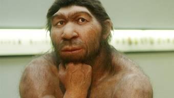 Lieber jagen als faseln, lieber chrampfen als denken – Neandertaler in einer modernen Pose.DDP