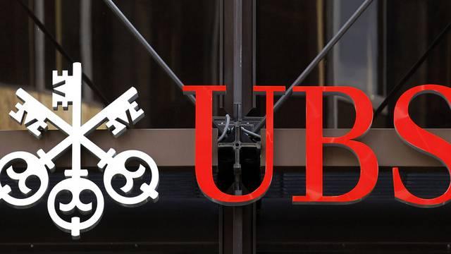 Ein UBS-Kundenberater kommt in London an die Kasse (Archiv)