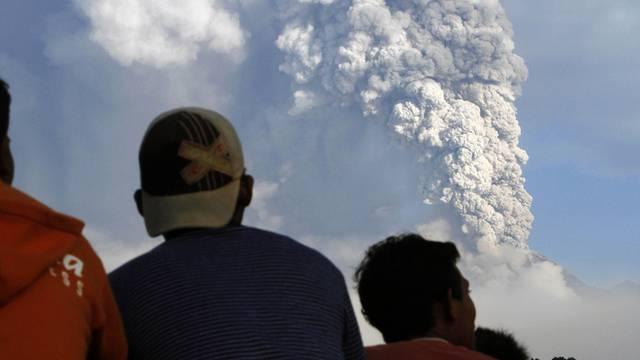 Gewaltige Aschewolke nach Ausbruch des Vulkans Merapi