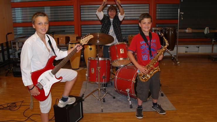 Rocker-Boys: Merlin, Jesse und Kenneth (von links) haben unter den Jury-Mitgliedern bereits ihre ersten Fans gefunden. (aw)