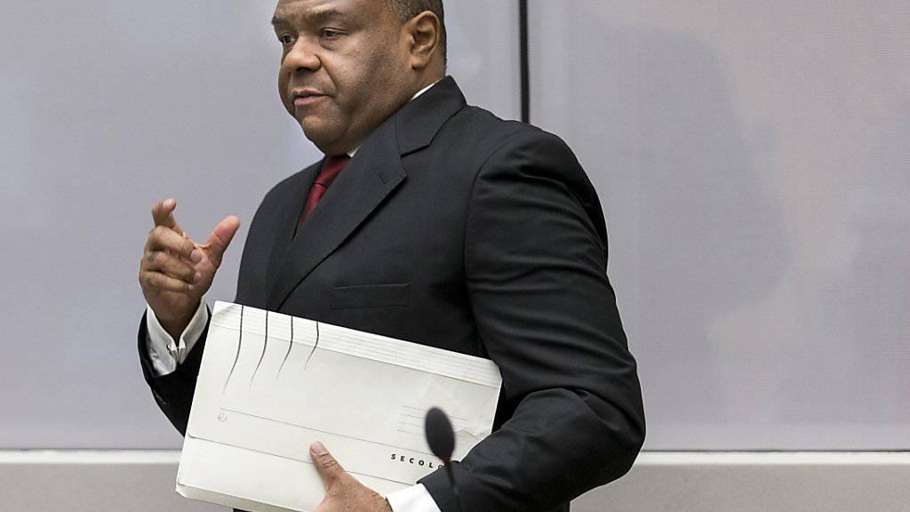 Jean-Pierre Bemba beim Betreten des Gerichtssaals. Soldaten der von ihm befehligten Bewegung für die Befreiung Kongos (MLC) sollen in der Zentralafrikanischen Republik zahlreiche Menschen gefoltert und getötet haben.