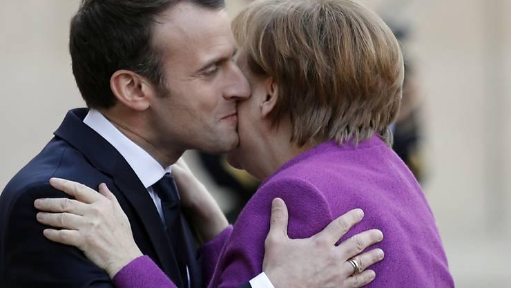 Eine noch engere Zusammenarbeit haben Frankreich und Deutschland - vertreten durch Präsident Macron (links) und Kanzlerin Merkel - in Paris angekündigt, um die EU auf neue Beine zu stellen.