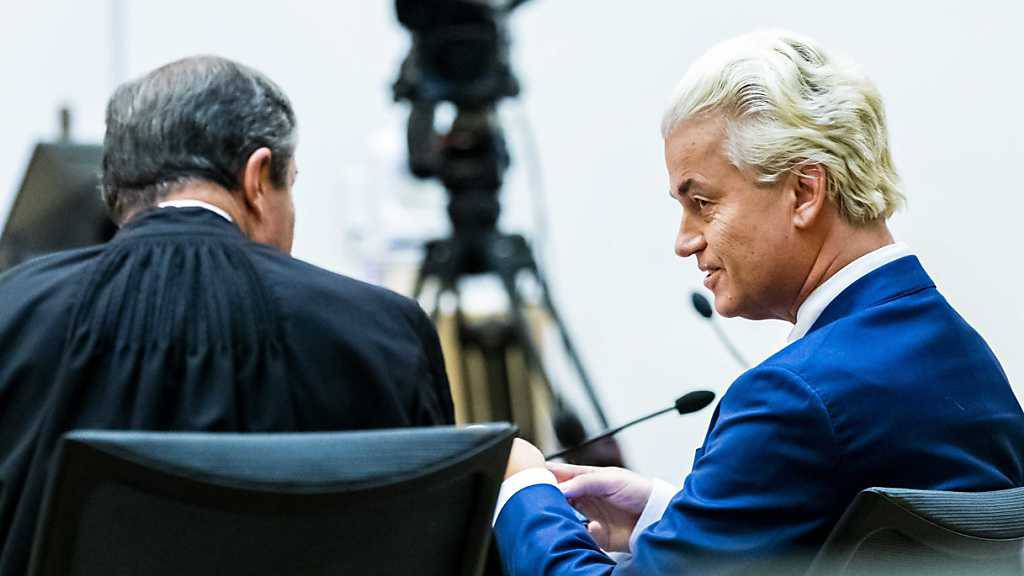 Geert Wilders (r), Vorsitzender der rechtspopulistischen Partei für die Freiheit (PVV), und sein Anwalt sitzen in einem Saal des Berufungsgerichts. Foto: Remko De Waal/ANP/dpa