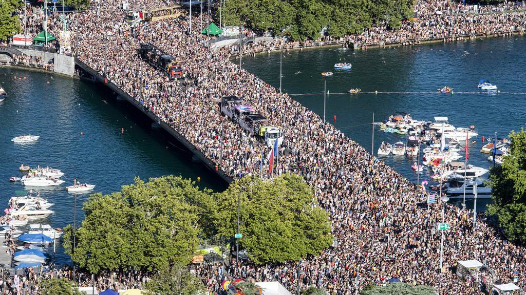 Die Street Parade lockt jedes Jahr rund eine Million Besucher nach Zürich.