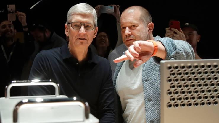 Der jahrelange Design-Chef des Apple-Konzerns, Jony Ive (rechts), verlässt das Unternehmen und macht sich selbständig. (Archivbild)