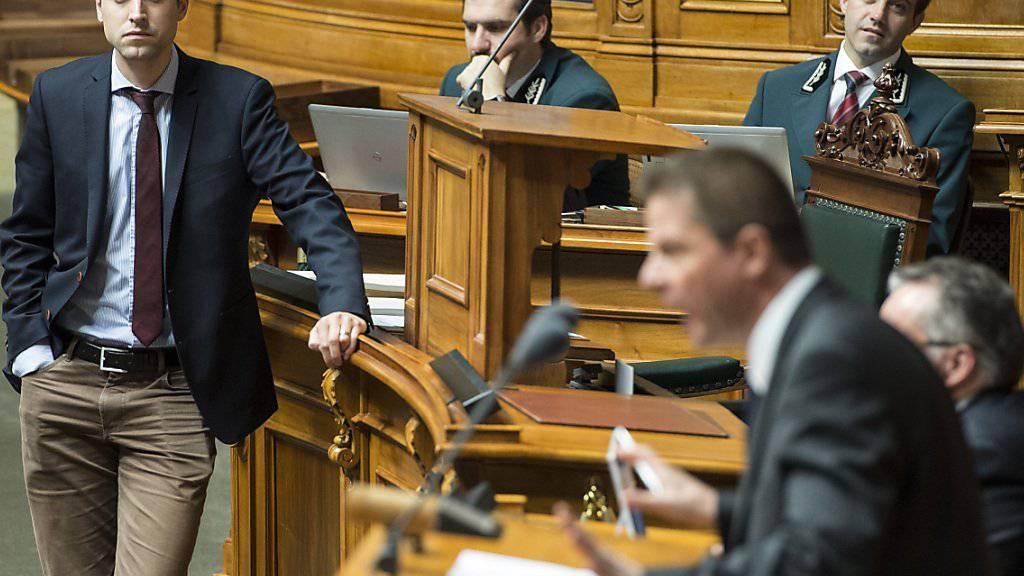 Energiedebatte im Nationalrat in der letzten Wintersession: Christian Wasserfallen (FDP/BE), links, verfolgt skeptisch die Rede von Martin Baeumle (GLP/ZH) (Archiv).