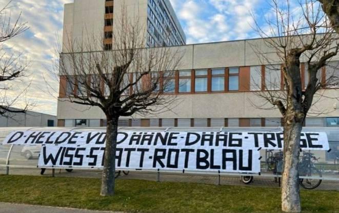 Eines von drei Transparenten, welche die FCB-Fans an den Spital-Standorten aufgehängt haben. Hier: Beim Bruderholz-Spital.