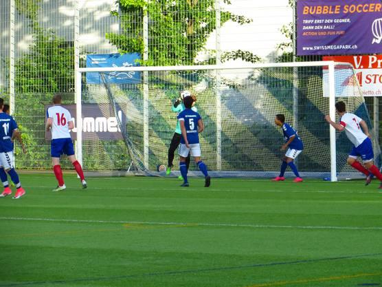 Der Goalie vom FC Frenkendorf hält