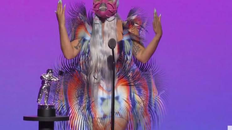 HANDOUT - Dieses von MTV zur Verfügung gestellte Videostandbild zeigt Lady Gaga, die während der MTV Video Music Awards den Preis für die beste gemeinsame Arbeit für «Rain on Me» annimmt. Foto: Uncredited/MTV/AP/dpa - ACHTUNG: Nur zur redaktionellen Verwendung im Zusammenhang mit der aktuellen Berichterstattung und nur mit vollständiger Nennung des vorstehenden Credits