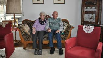 Glück auf dem Sofa: Margaretha und Fritz Indermühle in ihrer Alterswohnung in Murgenthal. Trotz ihres hohen Alters führen die zwei den Haushalt selber.