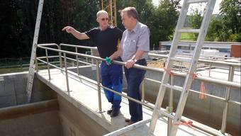 Betriebsleiter Theo Rölli und Verbandspräsident Eduard Frey neben den neuen Bio-Becken der Abwasserreinigungsanlage Hallwilersee in Seengen.