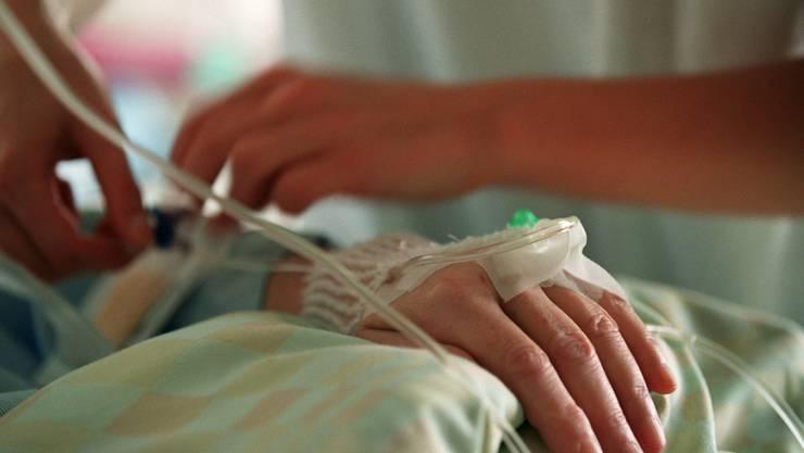 Welches Medikament könnte einen Tumor am besten bekämpfen? Bei der Entscheidung bekommen Mediziner am Unispital Genf Unterstützung durch Künstliche Intelligenz. (Archivbild)