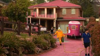 Das Brandschutzmittel aus der Luft hinterlässt sichtbare Spuren an den Häusern um Sydney.