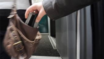 Taschendiebe bestehlen bevorzugt Leute, die ihr Portemonnaie an den üblichen Stellen wie in der Handtasche oder in der Hosentasche haben. efr/Archiv az