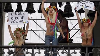 Frauen der Femen-Gruppe protestieren auf der Sophienkathedrale in Kiew