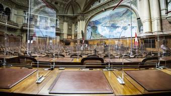 Aus dem Blickwinkel eines Parlamentariers: Die Arbeitsplätze der National- und Ständeräte wurden mit Plexiglaswänden ausgestattet. Im Bild ist der Nationalratssaal.