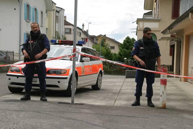 Obwohl sein Haus von mehreren Spezialeinheiten umstellt war...