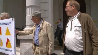 Wie immer, wenn Kuno W. (im weissen Hemd) vor Gericht steht, wurde er auch gestern von so einigen Unterstützenden zur Verhandlung begleitet.
