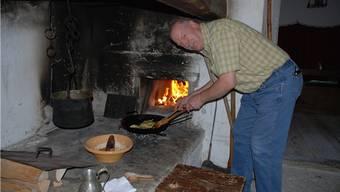 Kurt Mollet, ehemaliger Wirt des Café Arena in Windisch, lernt in der Mittelalter-Küche von Schloss Lenzburg zu kochen. Er ist Teilnehmer des Freiwilligenprogramms Museum Aargau.