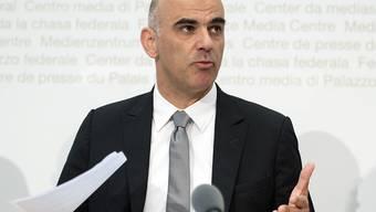 """Bundesrat Alain Berset will, dass die öffentliche Hand mit gutem Beispiel vorangeht und Frauen und Männern für gleichwertige Arbeit gleiche Löhne bezahlt. Zu diesem Zweck hat er eine Charta """"Lohngleichheit im öffentlichen Sektor"""" lanciert. (Archivbild)"""