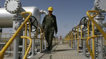 Ein Techniker in einer iranischen Ölanlage (Archiv)