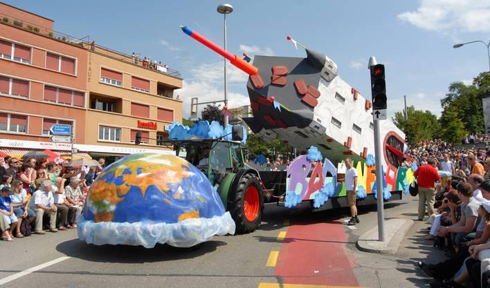 Badenfahrt-Umzug 2007 unter dem Motto «Welt statt Baden»: Die Stadtturm-Rakete als aufwendiges Sujet von der IG Rolling Pub.