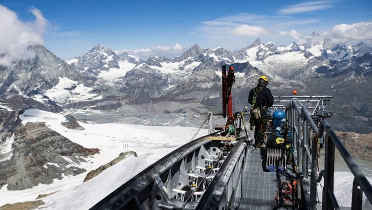 In luftiger Höhe: Ein Bauarbeiter installiert ein Kabel der neuen Dreiseilumlaufbahn auf das Klein Matterhorn.