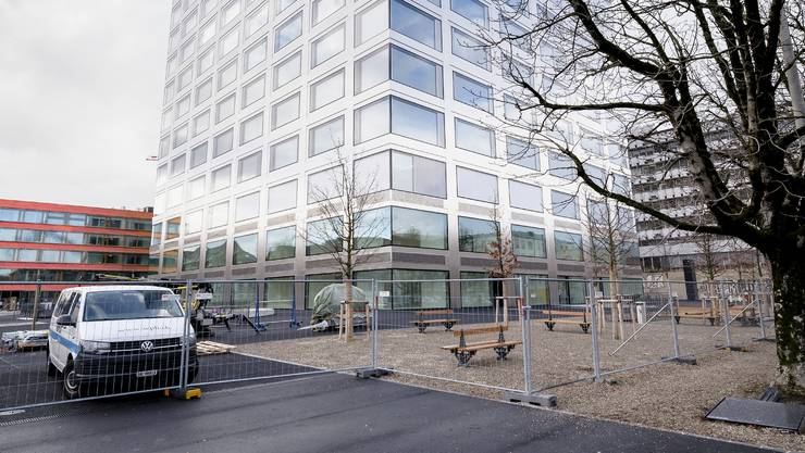 Keine Grünflächen: Das neue Biozentrum ist umgeben von Teer, Kies und Beton.