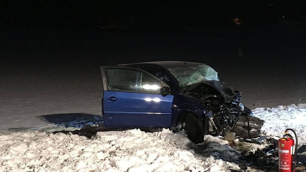 Bei einer Frontalkollision in Oberbuchsiten SO starb am Montagmorgen ein 21-jähriger Autofahrer.