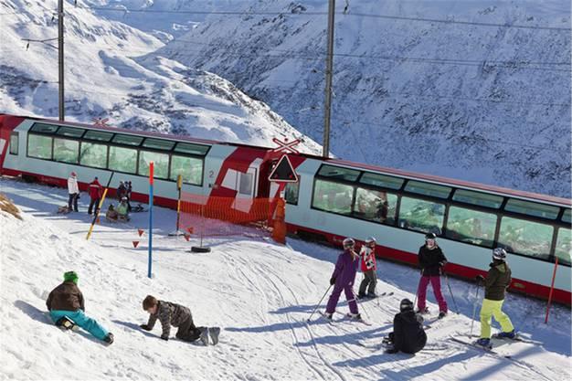 Kreuzt der Glacier Express die Skipisten, werden Wintersportler zu begehrten Fotosujets.