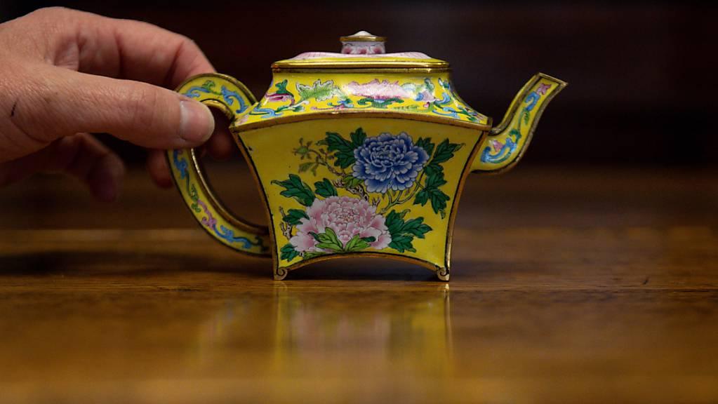Eine seltene «Teekanne» aus der Zeit des chinesischen Kaiserreichs steht im Auktionshaus Hansons Auctioneers. Foto: Jacob King/PA Wire/dpa