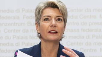Die neue Justizministerin Karin Keller-Sutter erklärt, was sich mit dem neuen Asylsystem ändern wird. Sie ist für die Umsetzung der Asylreform zuständig, die Bundesrätin Simonetta Sommaruga aufgegleist hatte.