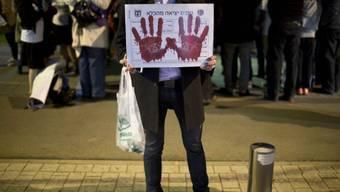 Ein Angehöriger eines Opfers protestiert gegen die Freilassung