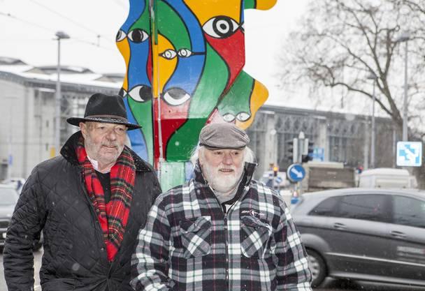 Architekt Walter Wäschle und Santhori, der in Wipkingen aufgewachsen ist, vor dem verkleideten Blechpolizisten.