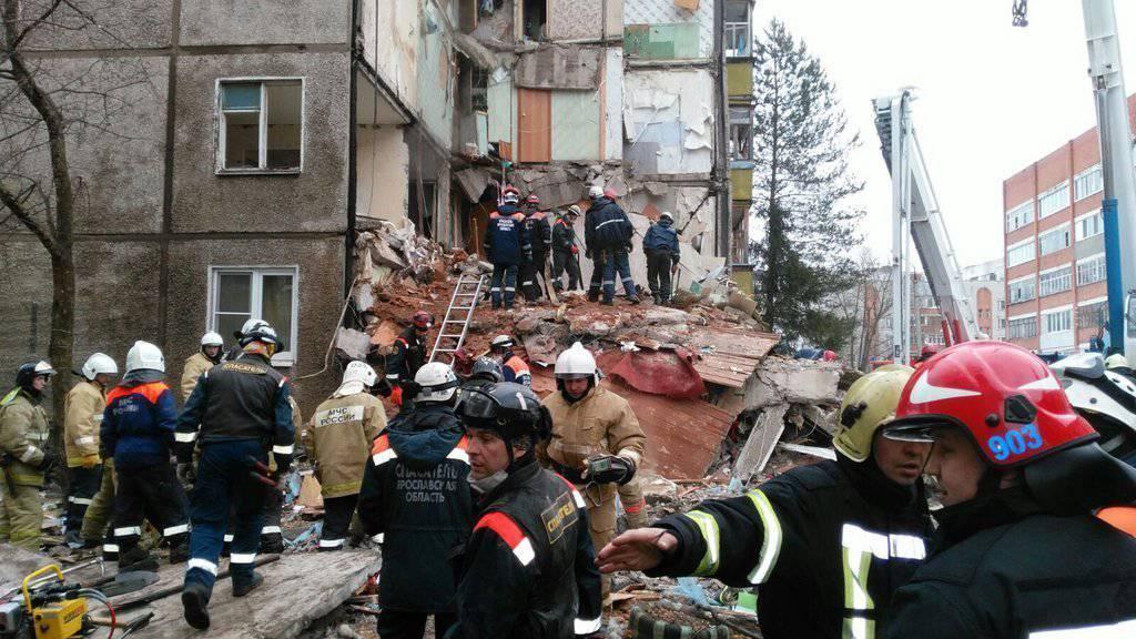 Blick auf die Trümmer des durch eine schwere Gasexplosion zerstörten Wohnkomplexes in der russischen Stadt Jaroslawl. Beim Unglück kamen mehrere Menschen ums Leben